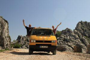 Silke und Jan mit ihrem Bus